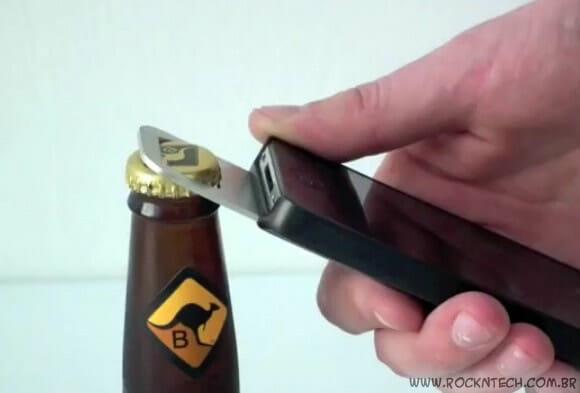 Case especial transforma seu iPhone em um abridor de garrafas! (com vídeo)