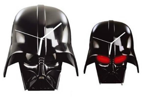 Relógio de parede em forma do capacete do Darth Vader.