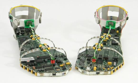 Um calçado feito a partir de placas-mãe e componentes eletrônicos reciclados.