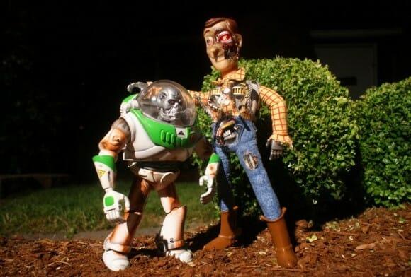 Personagens de Toy Story versão Exterminador do Futuro.