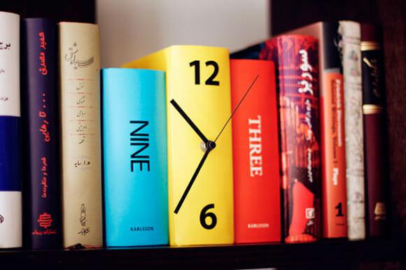 Book Clock - Um relógio criativo que imita livros na prateleira.