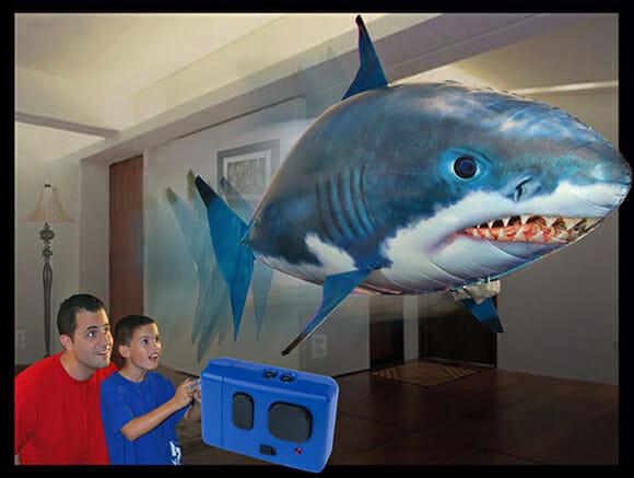 Um tubarão voador de controle remoto para divertir a família e assustar seu gato.
