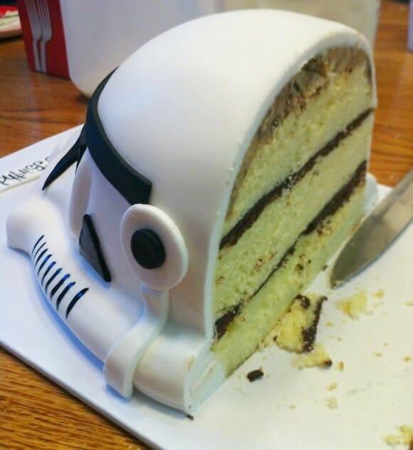 Bolo de aniversário em forma do capacete dos Stormtroopers.