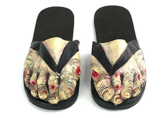 Chinelo engraçado imita pés de zumbi.
