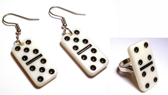 Brincos e anel em forma de peças de dominó