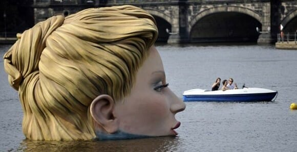 Mulher Gigante assusta moradores em um rio de Hamburgo na Alemanha.