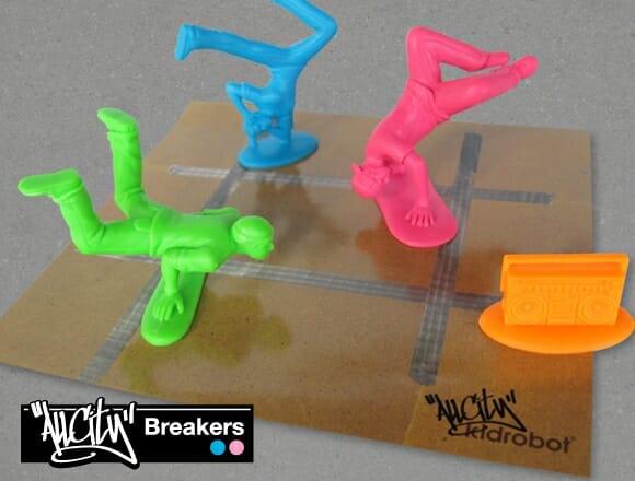 Kidrobot lança linha de soldadinhos de plástico dançarinos de break.