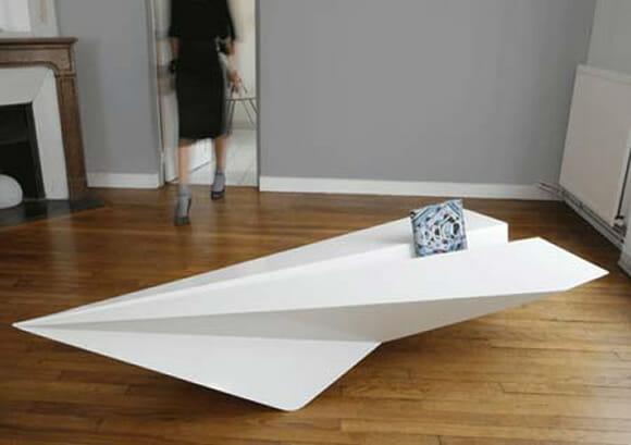 Mesa de centro em forma de aviãozinho de papel.
