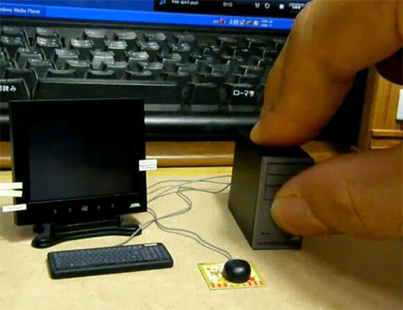 Computador minúsculo do dia: E você aí achando difícil usar o seu PC! (com vídeo)