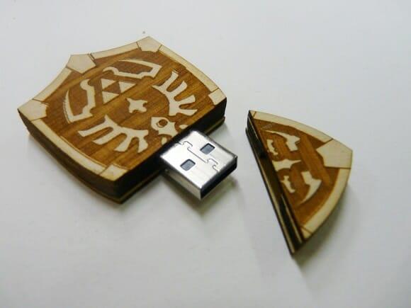 Pen drive em forma do escudo do personagem Link para fãs de Zelda.