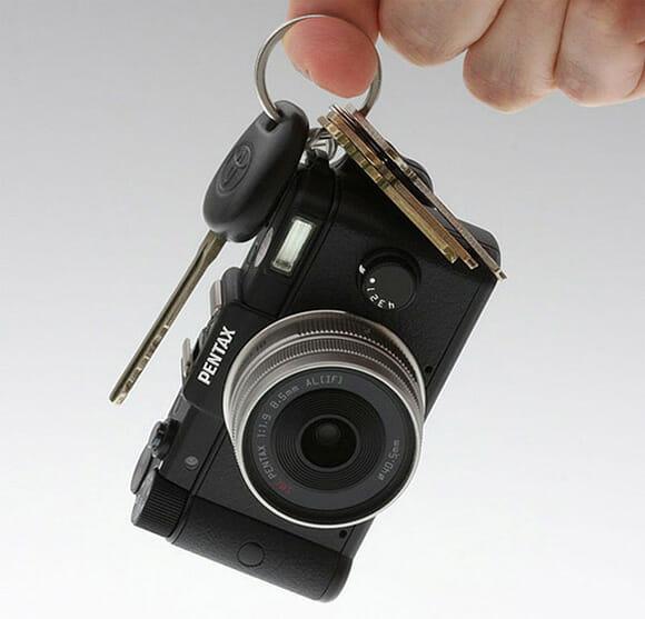 Pentax lança Q black - A menor câmera digital com lentes intercambiáveis do mundo.