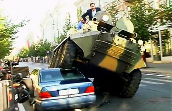 Na Lituânia, carros que estacionam em local proibido são amassados por tanques de guerra.