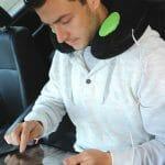 Almofada especial oferece conforto e Speakers para escutar suas músicas durante suas viagens.