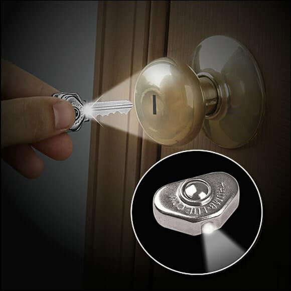 Chega de sofrer no escuro! Turbine suas chaves com um adesivo LED!