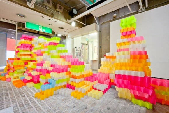Arquitetos japoneses constroem torre com 30 mil Post-its.