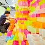 Arquitetos japoneses constroem torre com 30 mil Post-its.