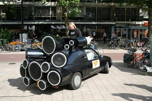 DJ transforma seu carro velho em uma máquina sonora sobre rodas!