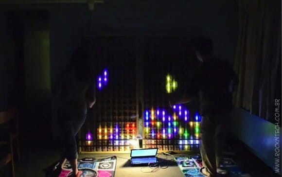 VIDEOFUN - Uma batalha de Tetris usando LEDs e esteiras de jogos de dança.