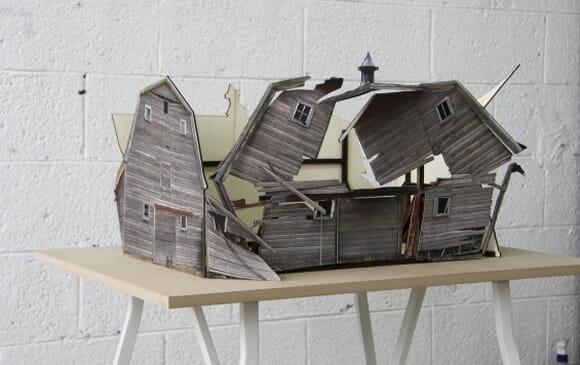 Artista cria e fotografa miniaturas de casas destruídas.