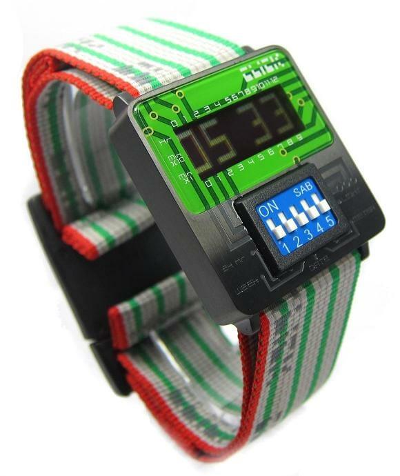 Fuja do padrão com relógios de pulso retrô inspirados em componentes eletrônicos!