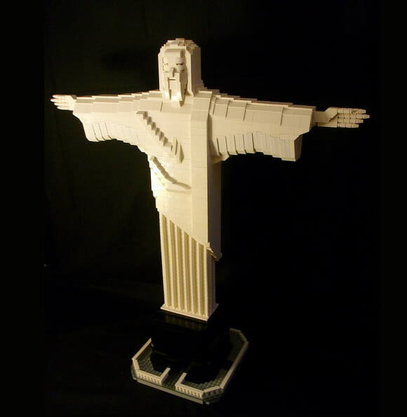 Réplica do Cristo Redentor feita de LEGO.