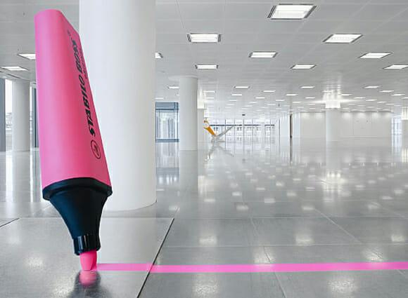 Pra que paredes? Que tal divisórias em forma de objetos de escritório?