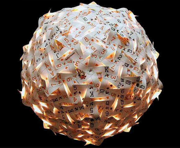 Designer cria luminária com 270 cartas de baralho.