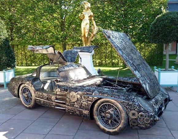 Réplica de um Mercedes-Benz 300SL em escala real feita de sucata.