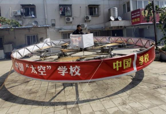 Fazendeiro chinês cria máquina voadora maluca utilizando apenas produtos caseiros