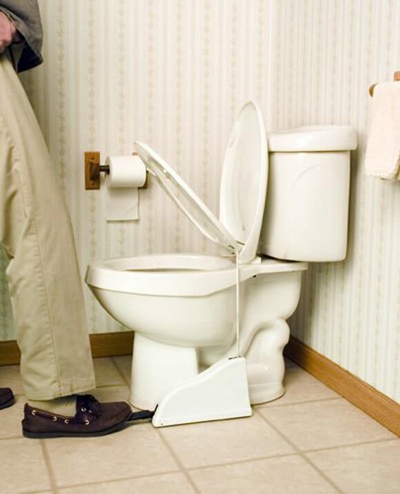 Acessório bizarro para privada facilita a vida dos homens na hora de ir ao banheiro.