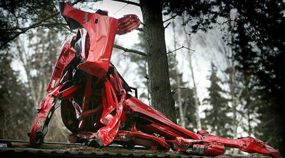 Designer cria esculturas de vacas gigantes feitas com sucatas de carros.