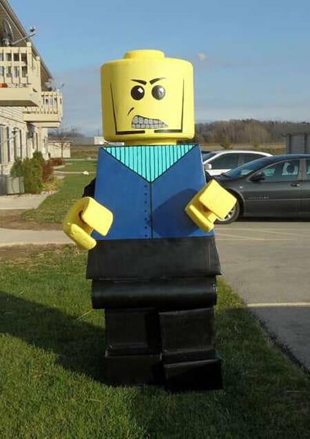 Que tal sair por aí vestido de LEGO Man? (vídeo)