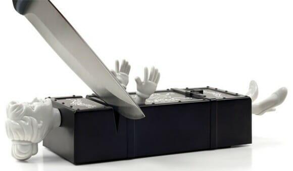 Sharp Act - Afie suas facas serrando assistentes de mágicos no meio.