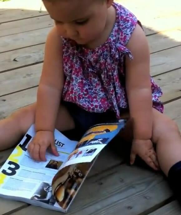 Bebê de um ano acha que revista é um iPad quebrado. (com vídeo)