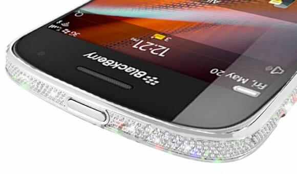 BlackBerry 9900 cravejado com cristais Swarovski pra quem gosta de brilhar!