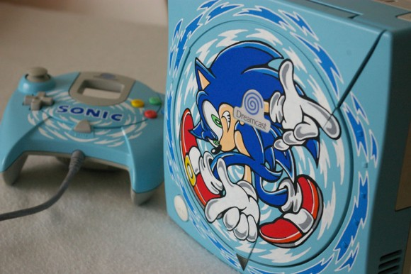 Dreamcast customizado com desenhos do Sonic Adventure.