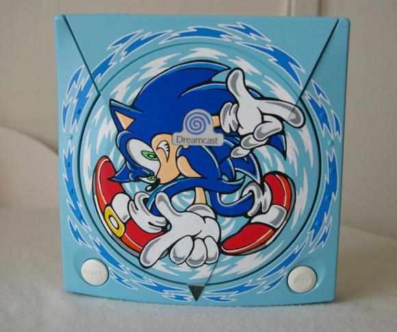 Dreamcast customizado com desenhos do Sonic Adventure.
