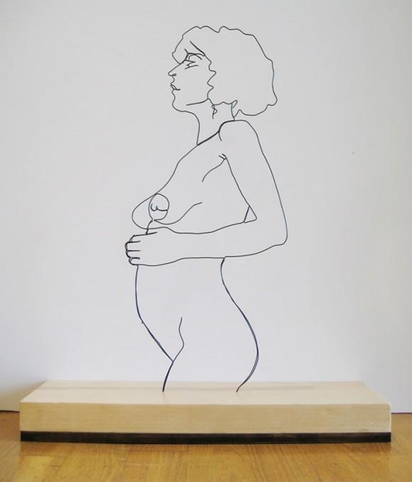 Artista transforma arame em figuras humanas.