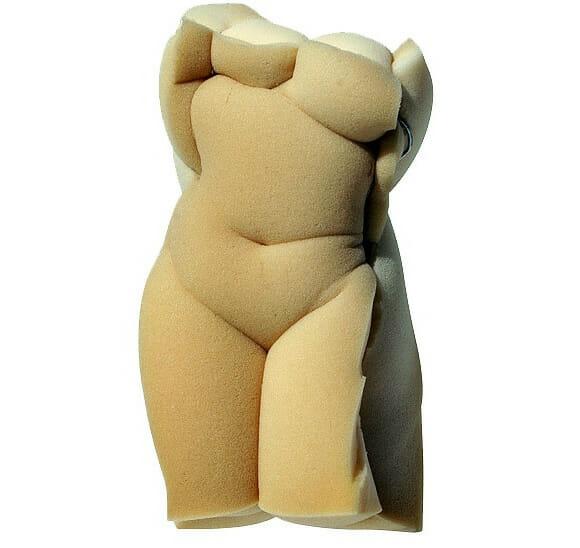 Esculturas incríveis de silhuetas humanas feitas de esponja.