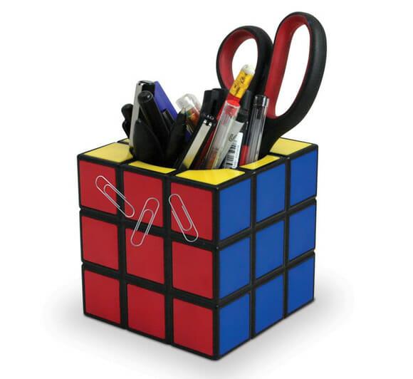 Que tal um porta canetas e um cofrinho Cubo Mágico para enfeitar a sua mesa do PC?