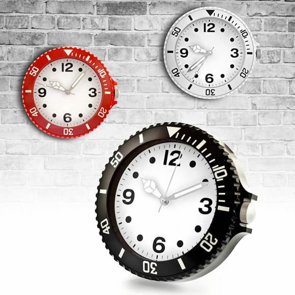 Um relógio de parede estiloso que imita relógios de pulso esportivos.