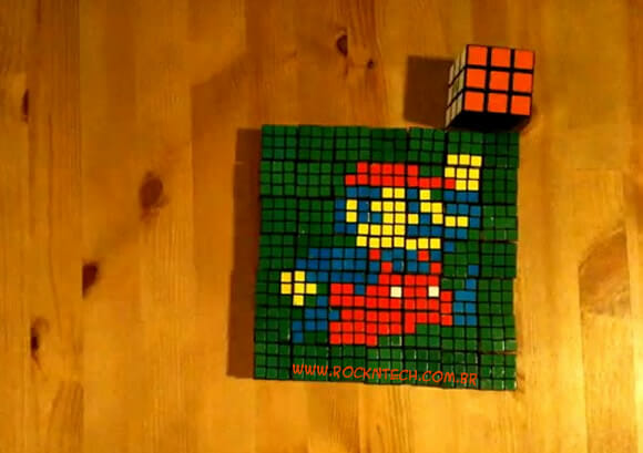 Rapaz cria retrato do Super Mario usando 50 Cubos Mágicos. (com vídeo)