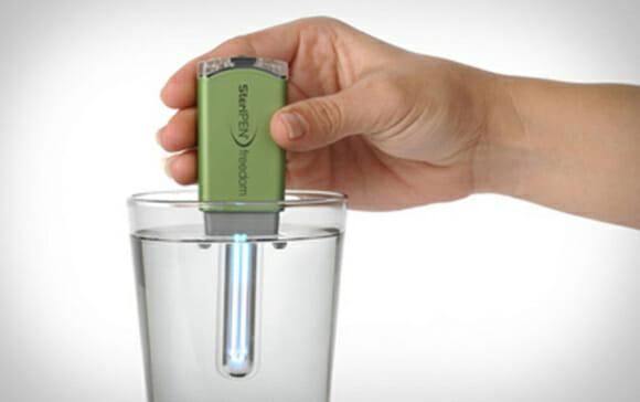 Um purificador de água que pode ser levado no bolso e recarregado via porta USB.