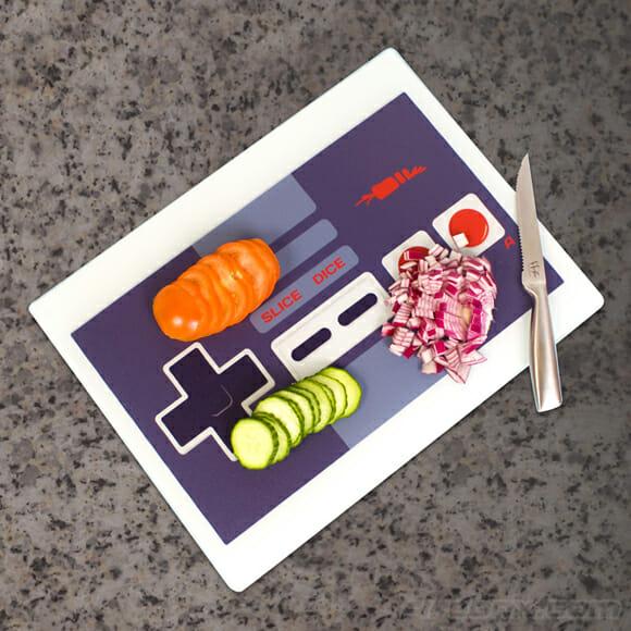 Controle sua comida com uma tábua de cozinha em forma do controle do Nintendinho 8-bits.