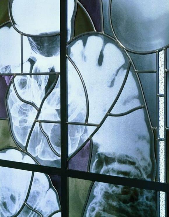 Vitrais bizarros decorados com imagens de esqueletos humanos. #MUAHAHA!