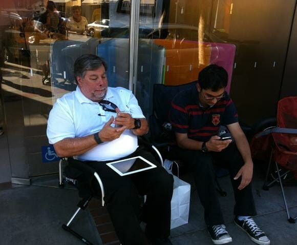 Co-fundador da Apple Steve Wozniak enfrenta fila para garantir seu iPhone 4S.
