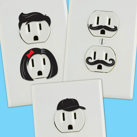 Adesivos criativos transformam tomadas em emoticons