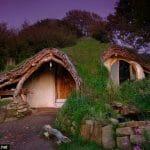 """Homem constrói casa de Hobbit do filme """"Senhor dos Anéis"""" para viver com sua Família"""