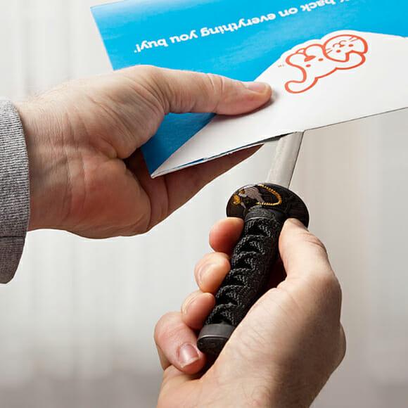 Abra suas cartas com uma espada samurai!