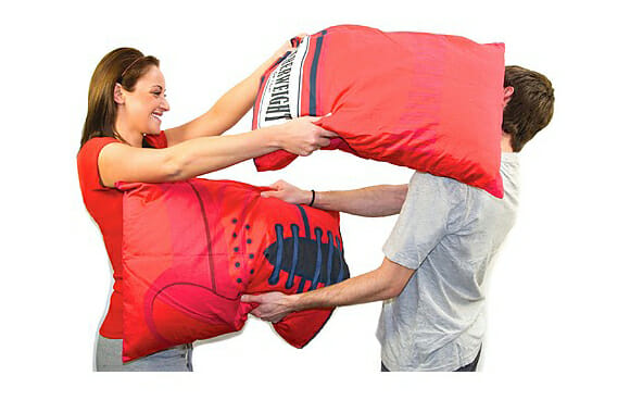Faça guerra de travesseiros com as Boxing Glove Pillow Cases